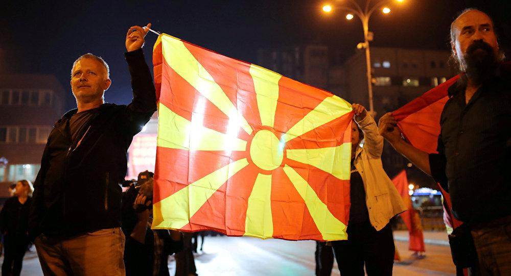 La bandera de Macedonia en una manifestación