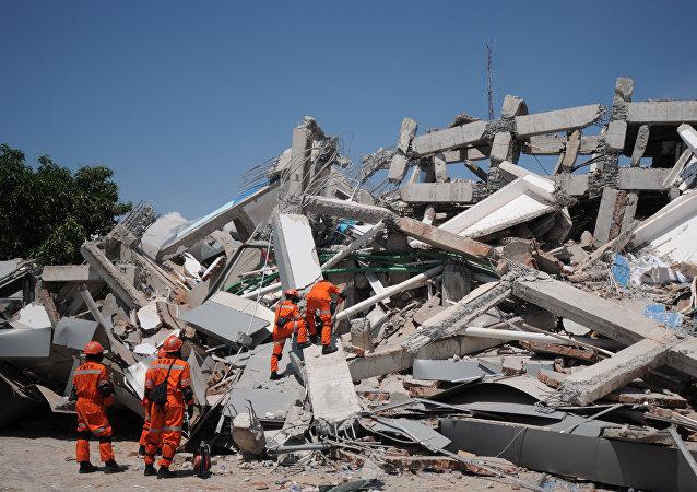 Rescatistas en Indonesia tras un terremoto