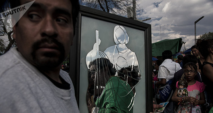 Hombre carga un espejo fabricado en prisión como pago a San Judas Tadeo por el milagro de la haber tenido justicia en México