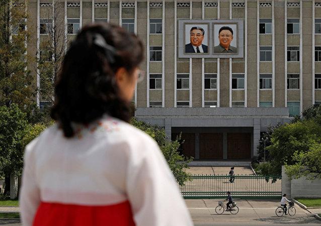 Retratos del fundador de Corea del Norte Kim Il-sung y el exlíder Kim Jong-il en Pyongyang