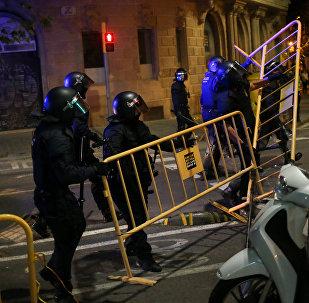 La policía retira las barricadas al final de una manifestación en el aniversario del referéndum de independencia de Cataluña