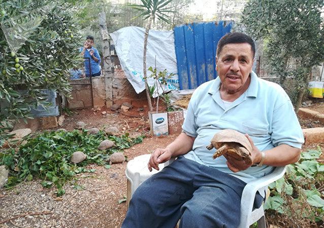Mustafá Jalifah con una de sus tortugas