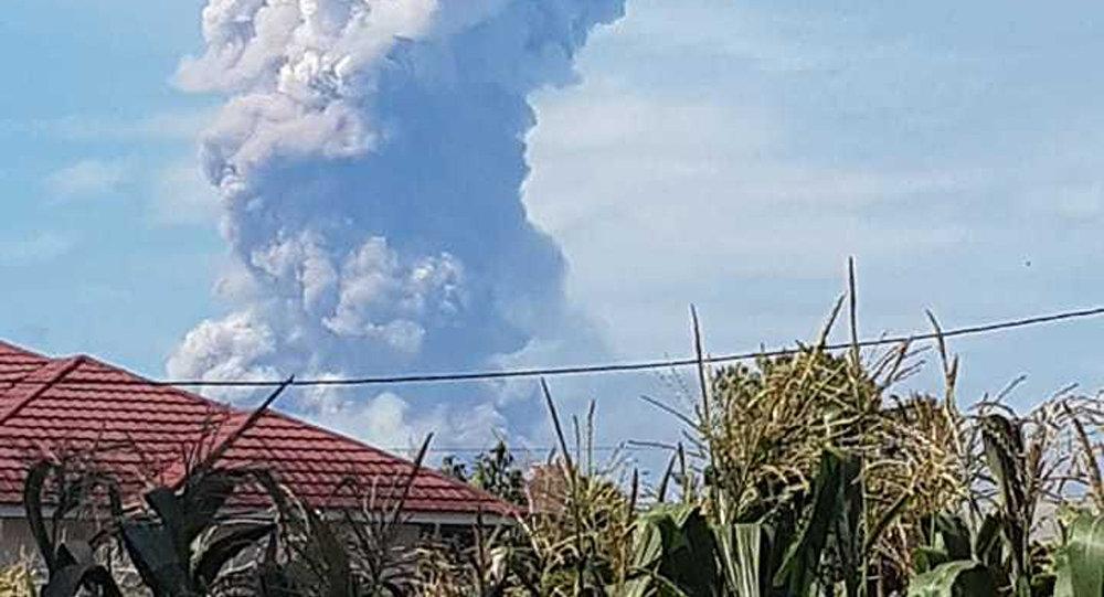 El volcán Soputan, en la isla indonesia de Célebes