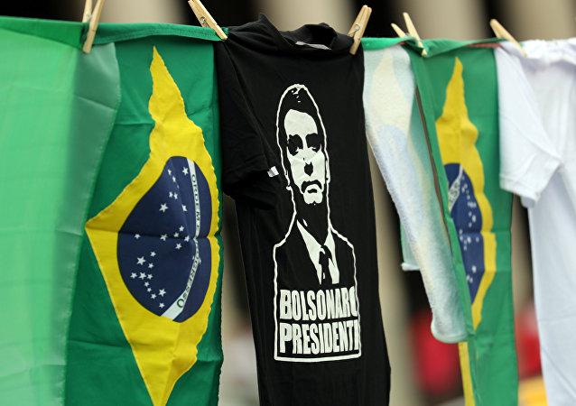 Las banderas de Brasil y camisetas con la imagen del candidato presidencial, Jair Bolsonaro