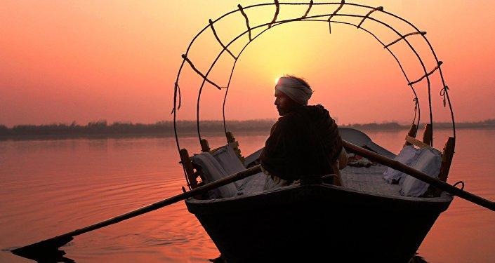 Un indio en el barco en el río Ganges (imagen referencial)
