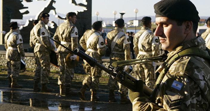 Soldados argentinos en el Monumento a los Soldados Caídos durante la Guerra de las Malvinas, Argentina, 2 de abril de 2007