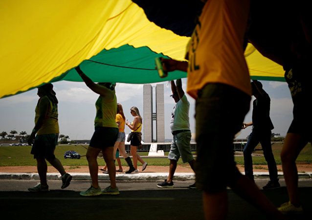 Partidarios del candidato Jair Bolsonaro con la bandera de Brasil