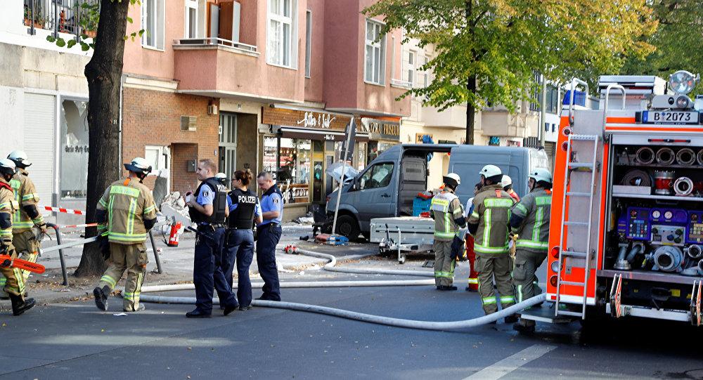 La policía y los bomberos caminan hacia el área donde un automóvil embistió a peatones en el barrio de Charlottenburg en Berlín