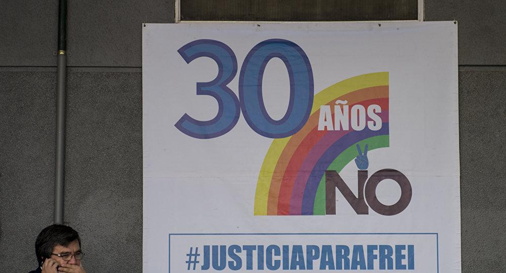Cartel con homenaje al aniversario del plebiscito contra Augusto Pinochet