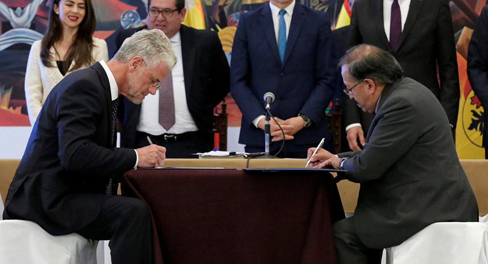 Los presidentes de ACI Systems, Wolfgang Schmutz, y de YLB (Yacimientos de Litio Bolivianos), Juan Carlos Montenegro