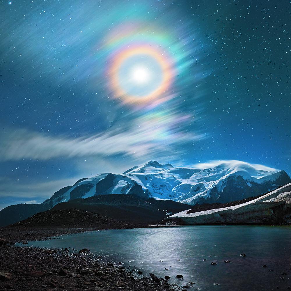 Alexandr Agababaev tuvo suerte de captar en imagen un halo encima del monte Elbrús, situado la república rusa de Kabardino-Balkaria.