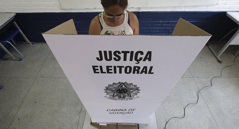 Una mujer vota en las elecciones presidenciales en Brasil
