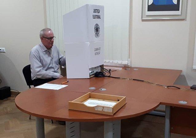 Un ciudadano brasileño vota en Moscú