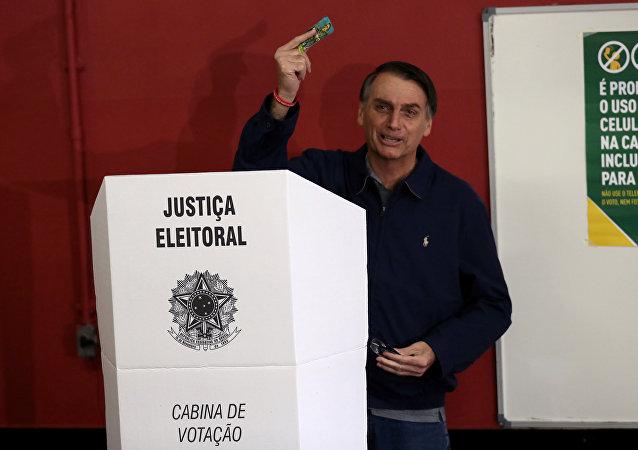 Jair Bolsonaro, candidato a la Presidencia de Brasil, ejerce su derecho al voto