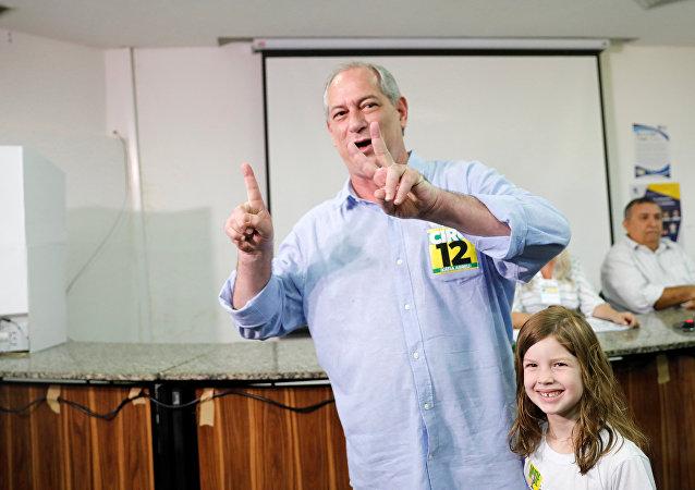 Ciro Gomes, candidato a la Presidencia de Brasil, vota acompañado de su nieta