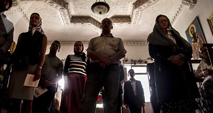 Fieles de la Iglesia Ortodoxa Rusa en la Ciudad de México durante uno de los oficios religiosos