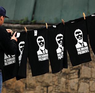 Un hombre vende camisetas de Jair Bolsonaro en Brasil