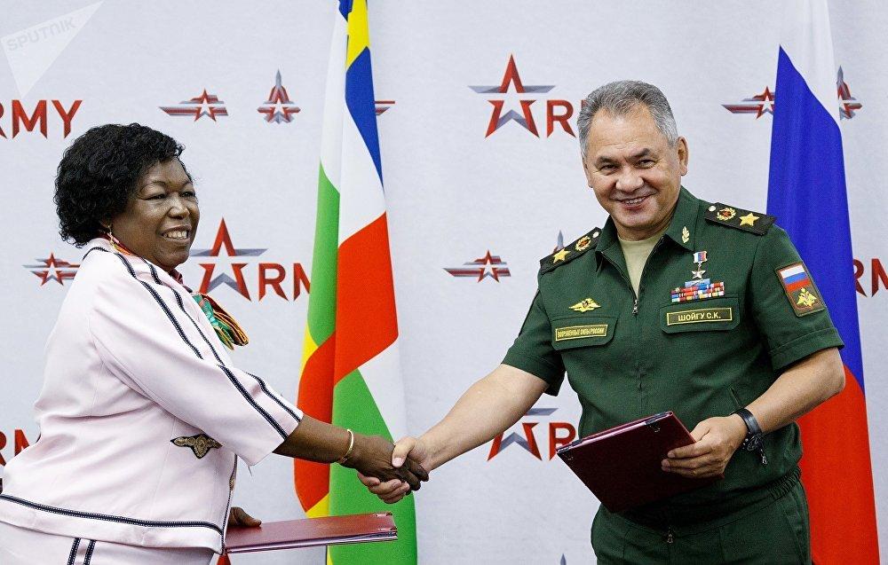 El ministro ruso de Defensa, Serguéi Shoigú, y su par centroafricana, Marie Noelle Koyara, tras firmar un convenio de cooperación militar