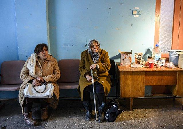 Las mujeres ucranianas evacuadas tras las explosiones en un arsenal