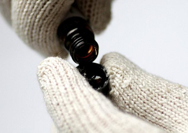 El petróleo crudo se está virtiendo en una botella