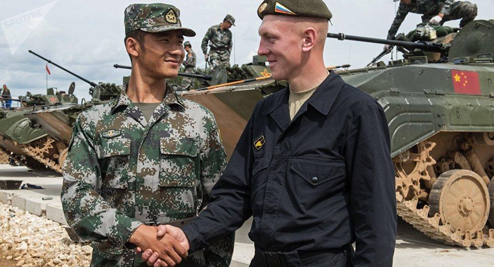 Un soldado chino y soldado ruso se dan un apretón de manos (archivo)