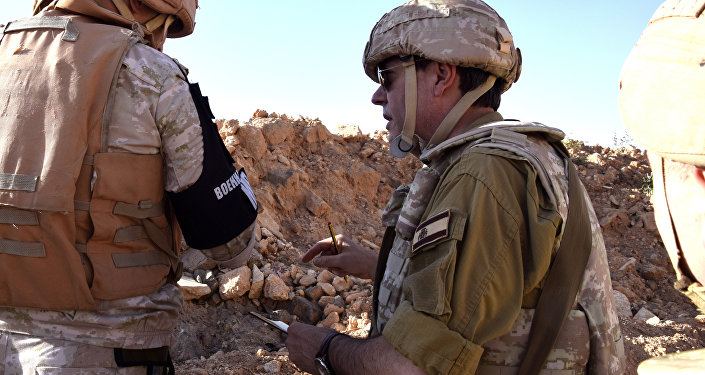 Augusto Ferrer-Dalmau quiere contar la verdad que ha visto con sus propios ojos en Siria. En la imagen, Ferrer-Dalmau se dirige a un militar ruso.