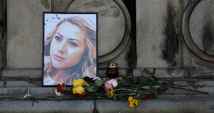 Flores y velas se colocan en memoria de la periodista búlgara, Viktoria Marinova