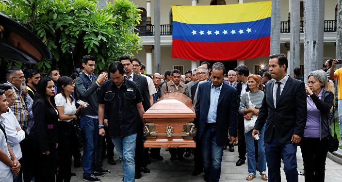 El funeral del opositor venezolano Fernando Albán durante la ceremonia en la Asamblea Nacional en Caracas