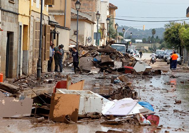Los escombros se ven en la calle tras las fuertes lluvias y las crecidas repentinas en la isla de Mallorca, España