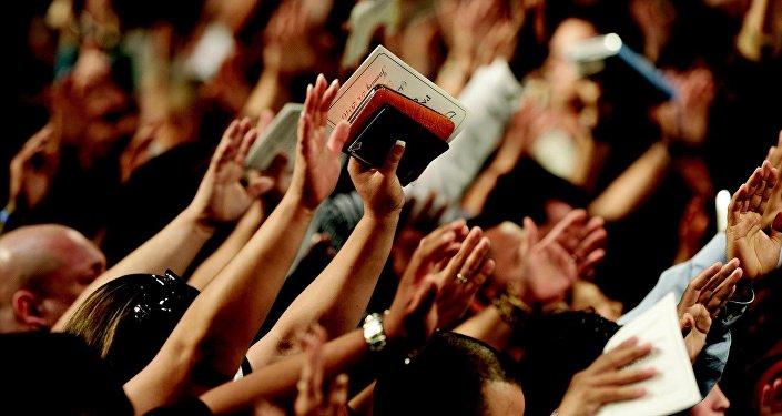 Personas en una iglesia (archivo)