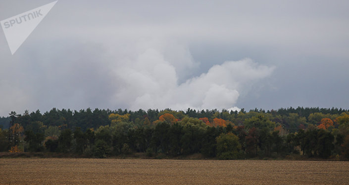 Un nube de humo tras una serie de explosiones en un arsenal de la provincia ucraniana de Chernígov