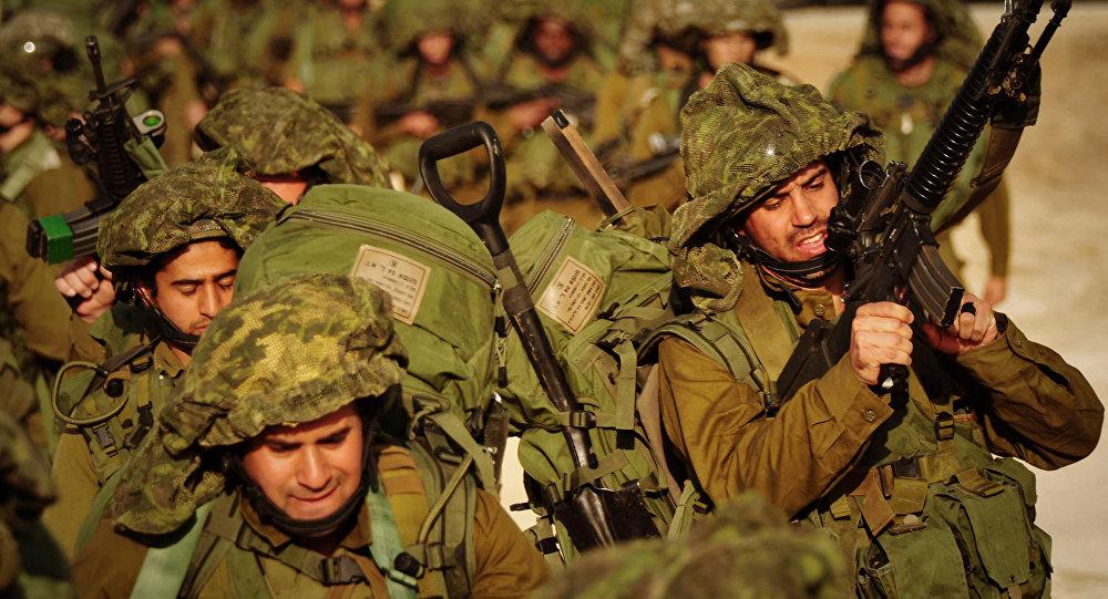 Soldados israelíes caminan hacia el norte de la Franja de Gaza (archivo)