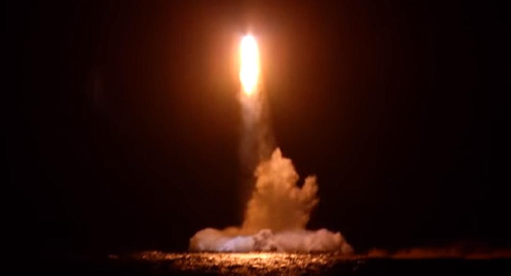 Lanzamiento de un misil balístico desde un submarino de la Flota del Pacifico