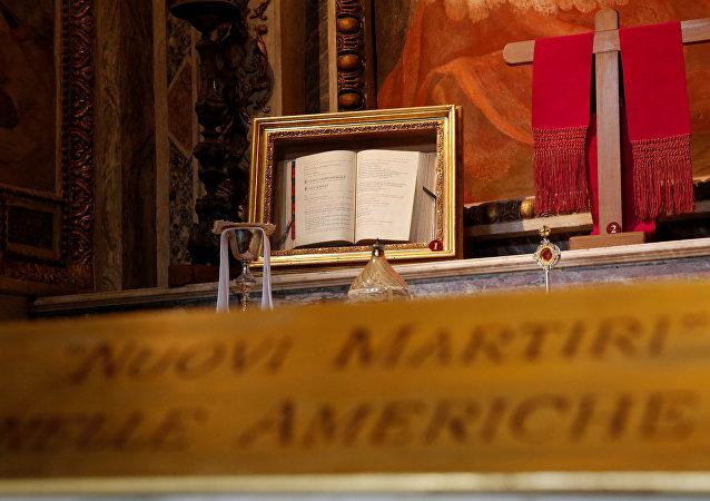 Un misal del obispo Óscar Arnulfo Romero en la Basílica de San Bartolomé, en Roma