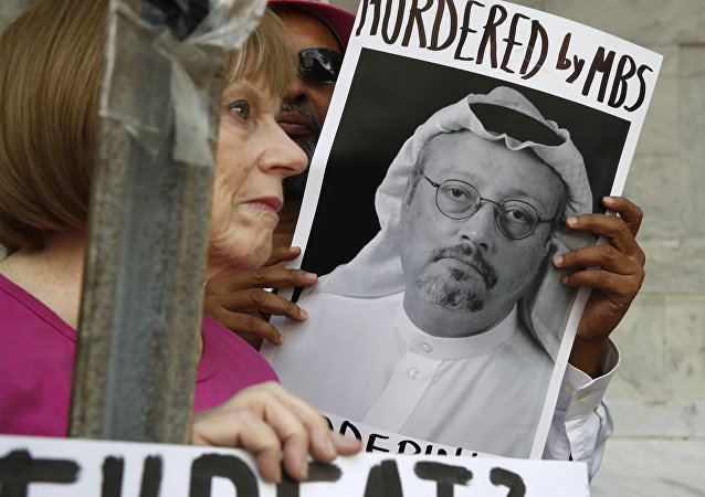 Personas con retratos del periodista saudí Jamal Khashoggi