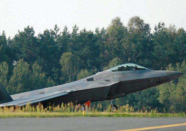 Un F-22 Raptor aterriza en Polonia