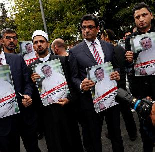 Activistas con la foto del periodista desaparecido, Jamal Khashoggi