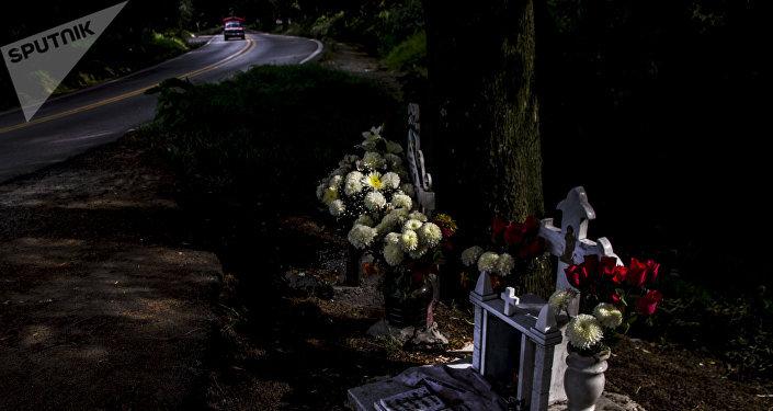 Cenotafios de Eric Santillán y Armando Mesino, fallecidos en un accidente de motocicleta en el kilómetro 31 de la carretera 95 México-Cuernavaca
