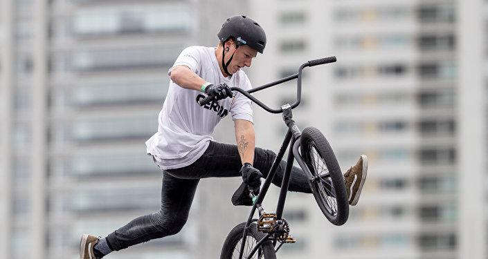 Un competidor de BMX Estilo Libre en los Juegos de la Juventud de Buenos Aires