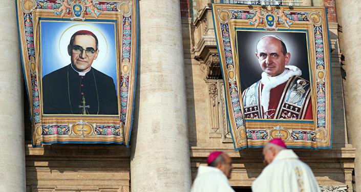 Imágenes de monseñor Óscar Arnulfo Romero y papa Pablo VI, canonizados en Vaticano