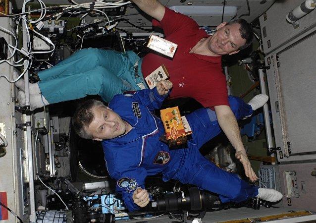 Los cosmonautas con barras de chocolate flotando en EEI (archivo)
