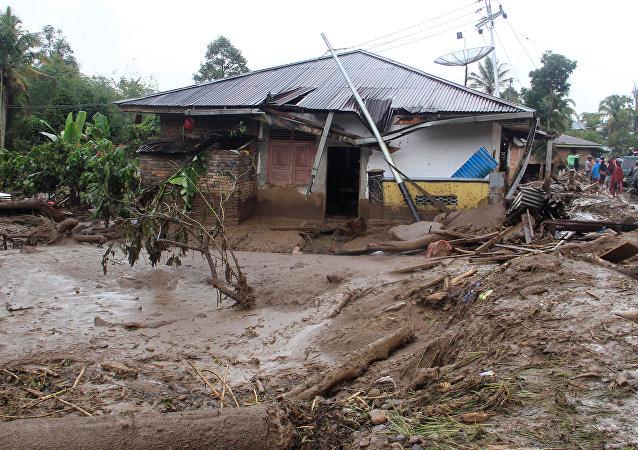 Las consecuencias de inundaciones y deslizamientos de tierra en Indonesia