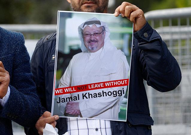 Activista con la foto del periodista desaparecido, Jamal Khashoggi (imagen referencial)