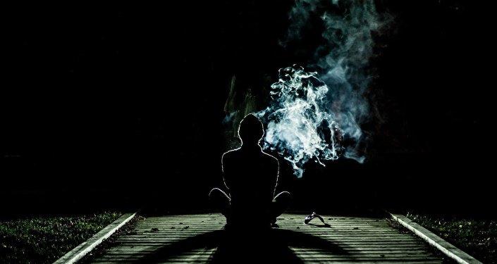 Un hombre fuma