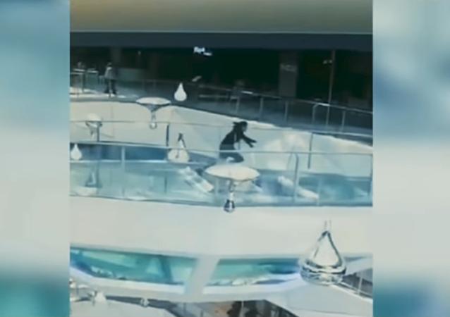 Una mujer se tropieza y cae en un acuario de tiburones hambrientos