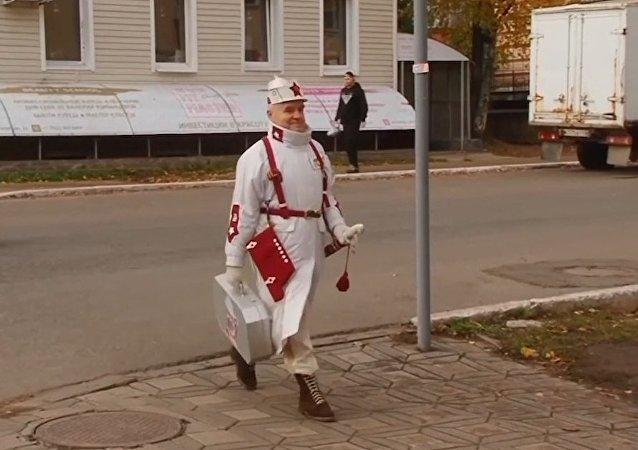 Las calles como pasarelas: un anciano ruso se hace famoso con sus trajes extravagantes