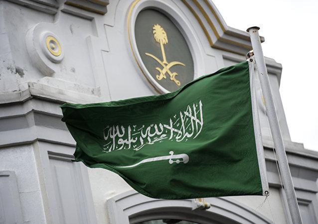 La bandera de Arabia Saudí enfrente del consulado del país en Turquía