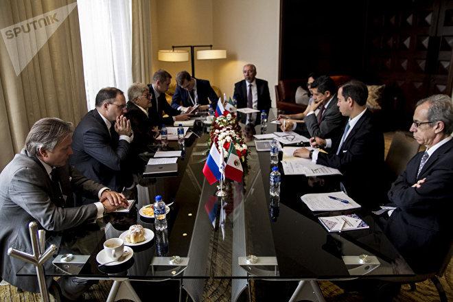 Reunión entre las comisiones gubernamentales durante el evento de la Misión Empresarial Centro Ruso de Exportaciones en México.