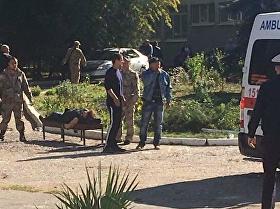 Un vídeo de los minutos posteriores a la explosión que sacudía un centro de formación profesional en la ciudad de Kersch (Crimea) muestra a ambulancias y un caos generalizado en el lugar del siniestro.