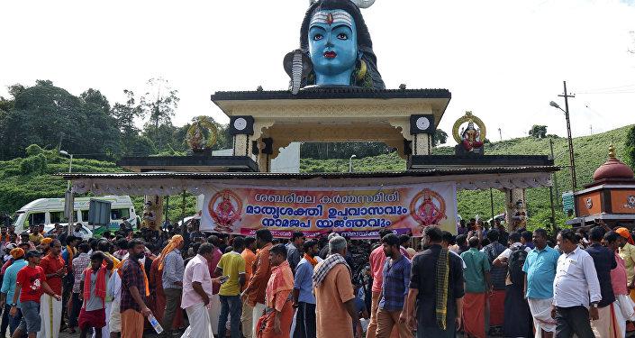 Devotos de la India se reúnen en un templo durante una protesta